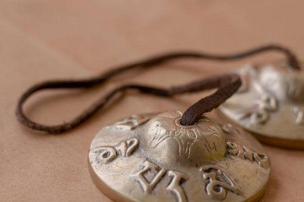 Metall antikes musikalisches schlaginstrument tingsha Premium Fotos