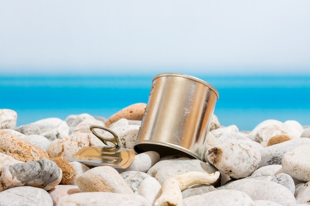 Metalldose am strand Premium Fotos