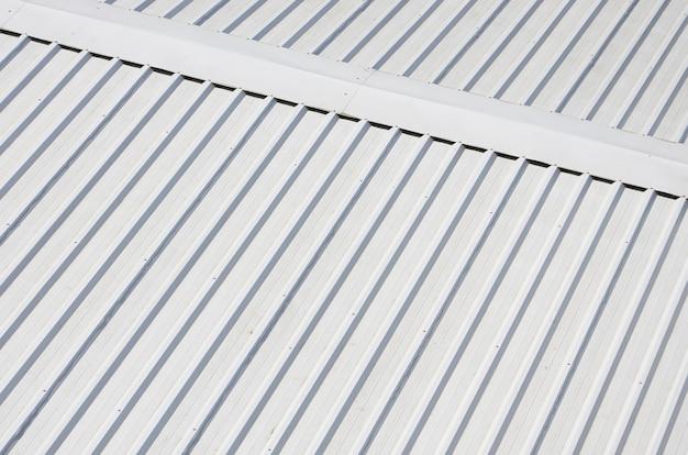 Metallgraues dach mit rhythmischen parallelen reliefrichtungen Premium Fotos