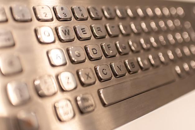 Metallische tastatur mit buchstaben und zahlen, zum von informationen in einen kassierer einzugeben. Premium Fotos