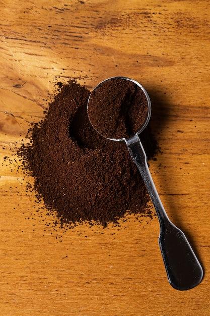 Metallischer löffel und kaffee Premium Fotos