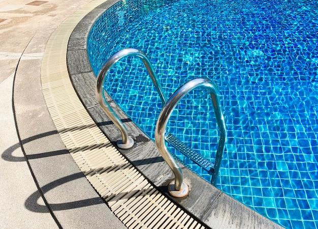 Metallleiter am swimmingpool Premium Fotos
