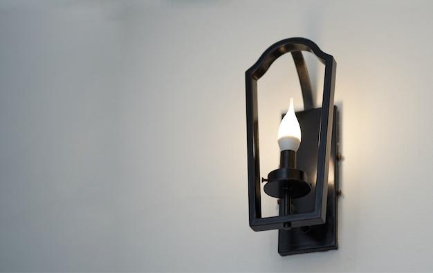Metallrahmenwandlampe mit glühlampe auf ansicht von unten Premium Fotos