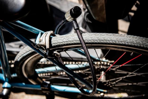 Metallschloss auf einem fahrradrad Kostenlose Fotos