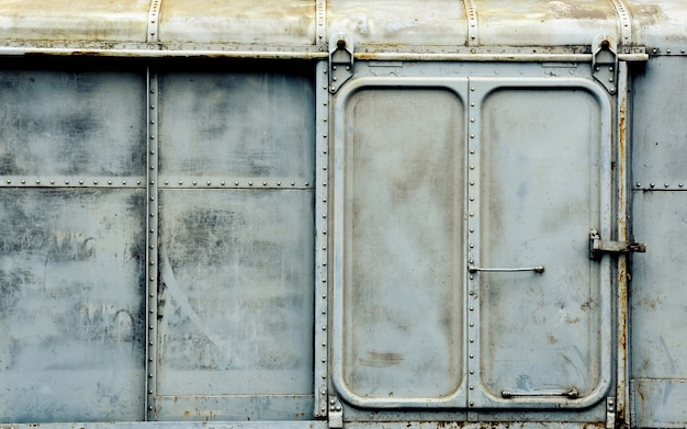 Metalltür des alten und rostigen drehgestellzuges Premium Fotos