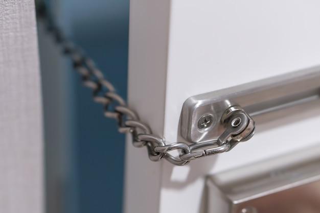 Metalltürkettenschloss im hotelzimmer, sicherheitsschutz bei reisen ins ausland Premium Fotos