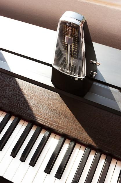 Metronom auf einem klavier Premium Fotos