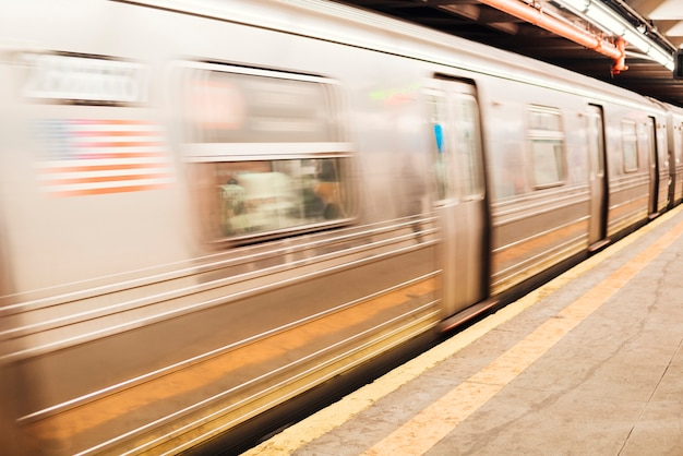 Metrozug am bahnhof Kostenlose Fotos