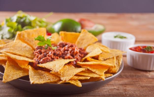 Mexikanische corn chipe nachos mit salsabad Premium Fotos