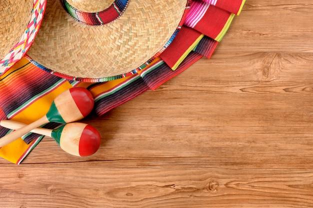 Mexikanische elemente über einen holzboden Kostenlose Fotos