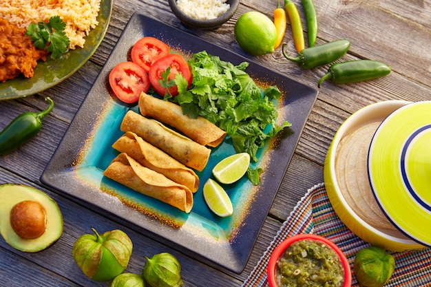 Mexikanische flautas rollten tacos mit salsa Premium Fotos