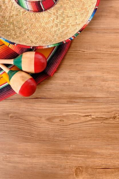 Mexikanische hut und maracas auf dem boden Kostenlose Fotos