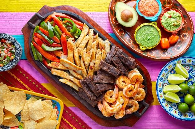 Mexikanische kombinierte rindfleischhuhnfajitasgarnele Premium Fotos