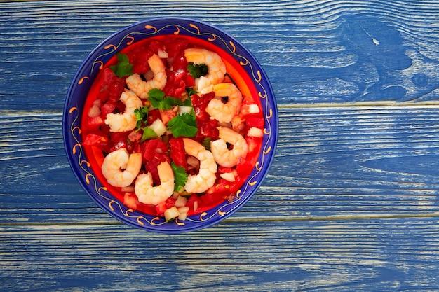 Mexikanische platte der garnele ceviche de camaron auf blau Premium Fotos