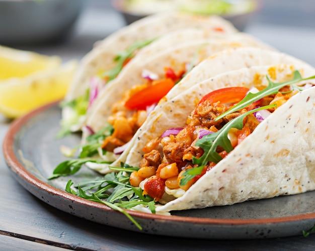 Mexikanische tacos mit rindfleisch, bohnen in tomatensauce und salsa Kostenlose Fotos