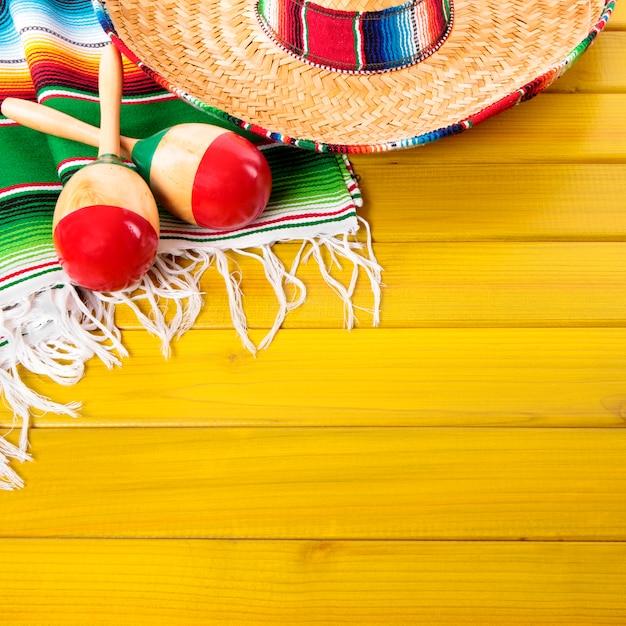 Mexikanischer hintergrund cinco de mayo mit traditionellem hut und maraca, quadratisches format Premium Fotos