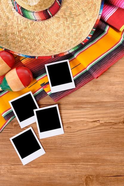 Mexikanischer hintergrund mit leerem foto druckt auf einer kiefernholztabelle Premium Fotos