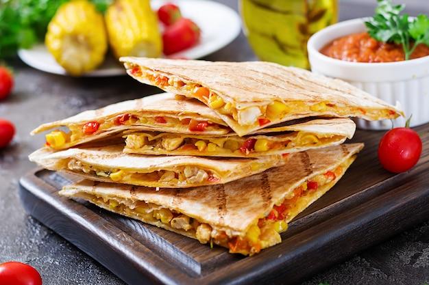 Mexikanischer quesadilla-wrap mit huhn, mais, paprika und tomatensauce. Premium Fotos