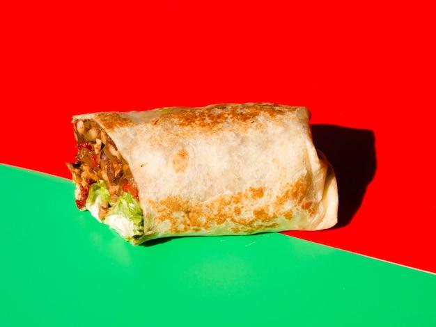 Mexikanischer taco der vorderansicht mit fleisch und veggies Kostenlose Fotos