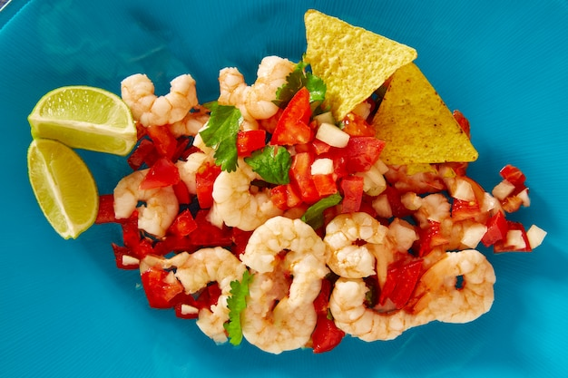 Mexikanisches lebensmittel der garnele ceviche de camaron auf blau Premium Fotos