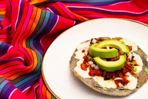 Mexikanisches lebensmittel der nahaufnahme mit avocado Kostenlose Fotos