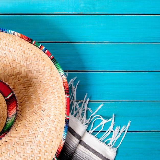 Mexiko sombrero und decke auf blauer oberfläche Premium Fotos