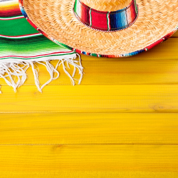 Mexiko sombrero und decke auf gelber oberfläche Premium Fotos