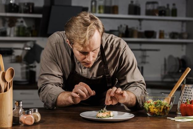 Mid shot chef teller teller Kostenlose Fotos