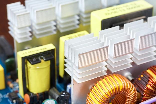 Mikrochip, kondensatoren, widerstände auf einer computerplatine Premium Fotos