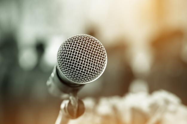 Mikrofon auf abstraktem unscharfem hintergrund Premium Fotos