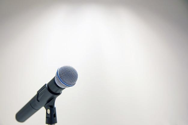 Mikrofon auf dem stand für öffentliche reden. Premium Fotos