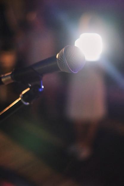 Mikrofon auf der bühne. mikrofonnahaufnahme im jazzklub vor der show Premium Fotos