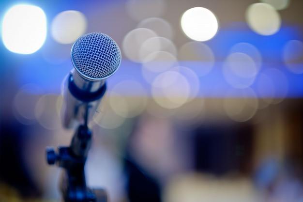 Mikrofon auf der bühne, sprecher, konferenz Premium Fotos
