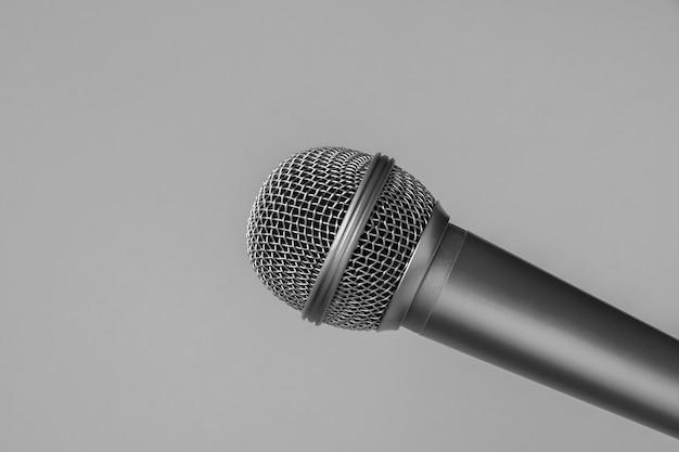 Mikrofon auf grau Premium Fotos