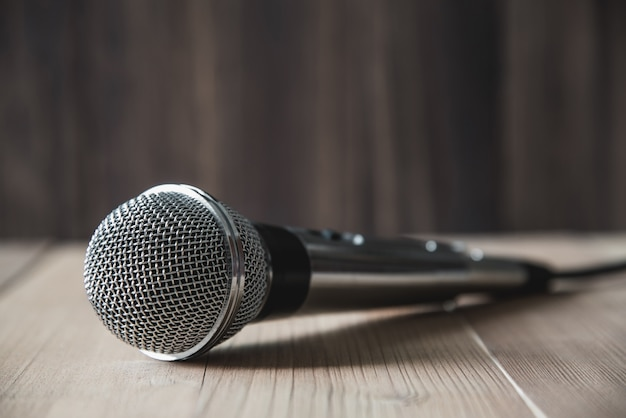 Mikrofon auf holztisch Premium Fotos