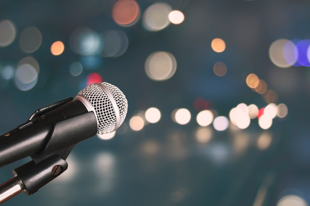 Mikrofon auf unschärfe bokeh des hellen und hallenhintergrundes, der musik und des gesangkonzeptes Premium Fotos