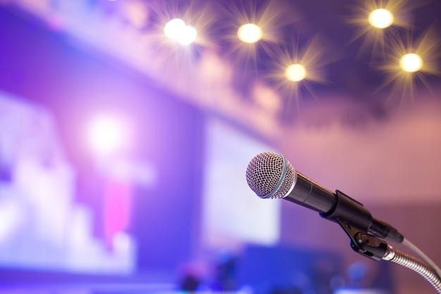 Mikrofon im konferenzsaal oder im seminarraumhintergrund. Premium Fotos