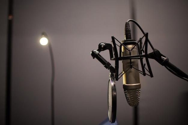 Mikrofon im professionellen studio Premium Fotos