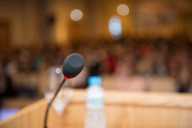Mikrofon in der nahaufnahme des konferenzraums Premium Fotos