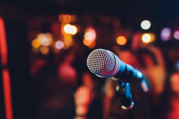 Mikrofon. mikrofon nahaufnahme. eine kneipe. bar. ein restaurant. klassische musik. musik. Premium Fotos