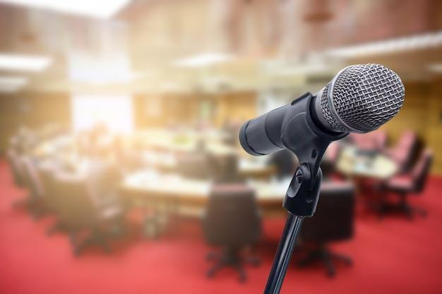 Mikrofon über dem unscharfen geschäftsleute forum Premium Fotos
