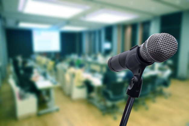 Mikrofon über dem verschwommenen business forum meeting oder konferenz Premium Fotos