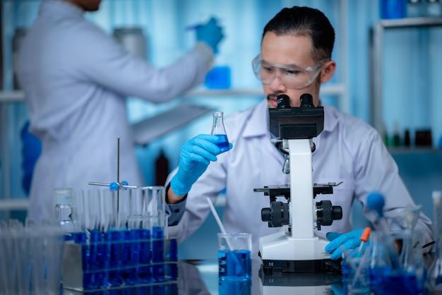 Mikroskop im biotechnologischen labor, professionelle ausrüstung Premium Fotos