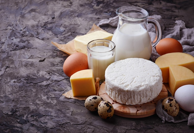 Milch, hüttenkäse, sauerrahm, butter, eier Premium Fotos