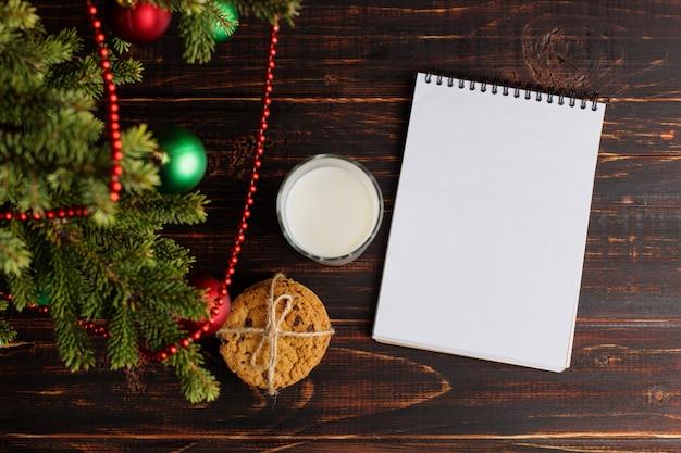 Milch, kekse und eine wunschliste unter dem weihnachtsbaum Premium Fotos