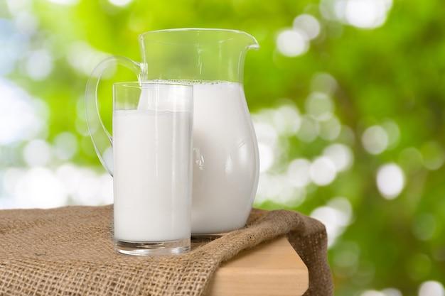Milch und grünfläche Premium Fotos