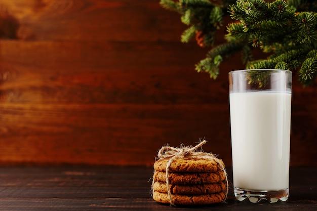 Milch und kekse für santa claus unter dem weihnachtsbaum Premium Fotos