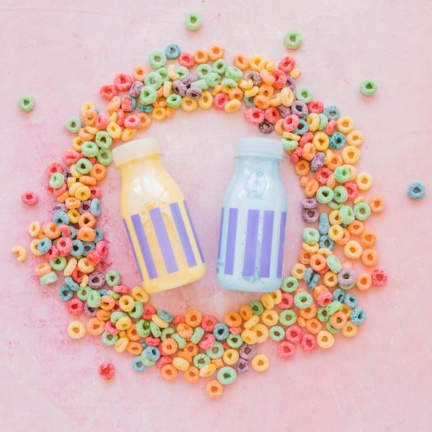 Milchflaschen im runden rahmen aus getreide Kostenlose Fotos