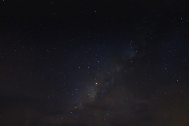 Milchig abstraktes galaxie-nebelfeld Kostenlose Fotos