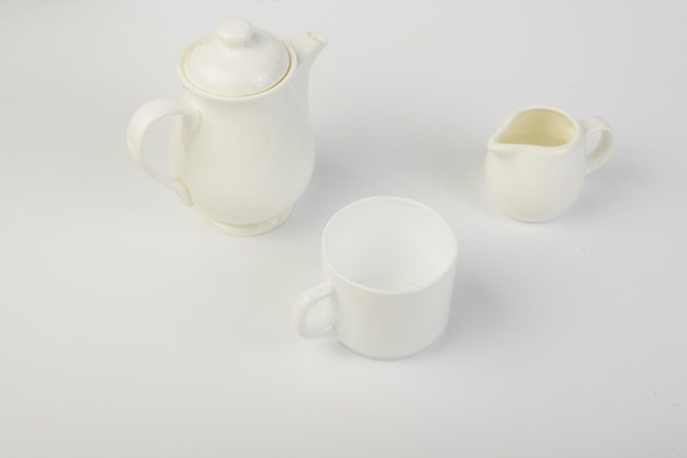 Milchkanne; tasse und keramik teekanne auf weißem hintergrund Kostenlose Fotos